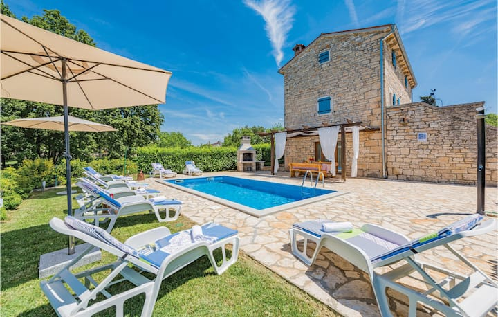 Beautiful home in Pamici with WiFi and 4 Bedrooms