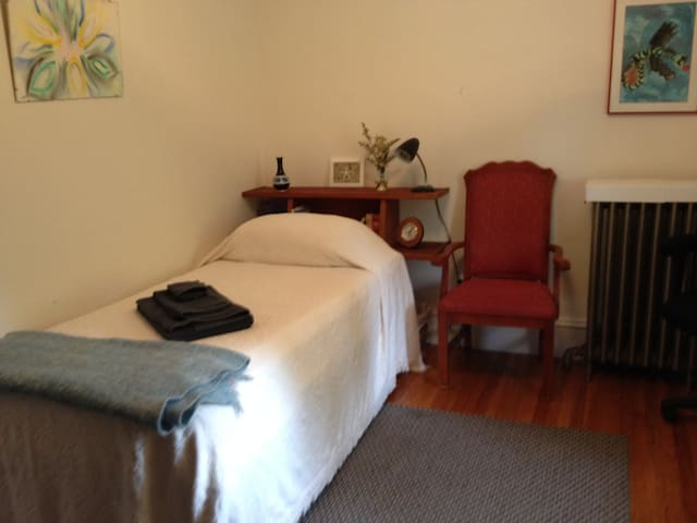 Private Bedroom in spacious home  - Melrose - House
