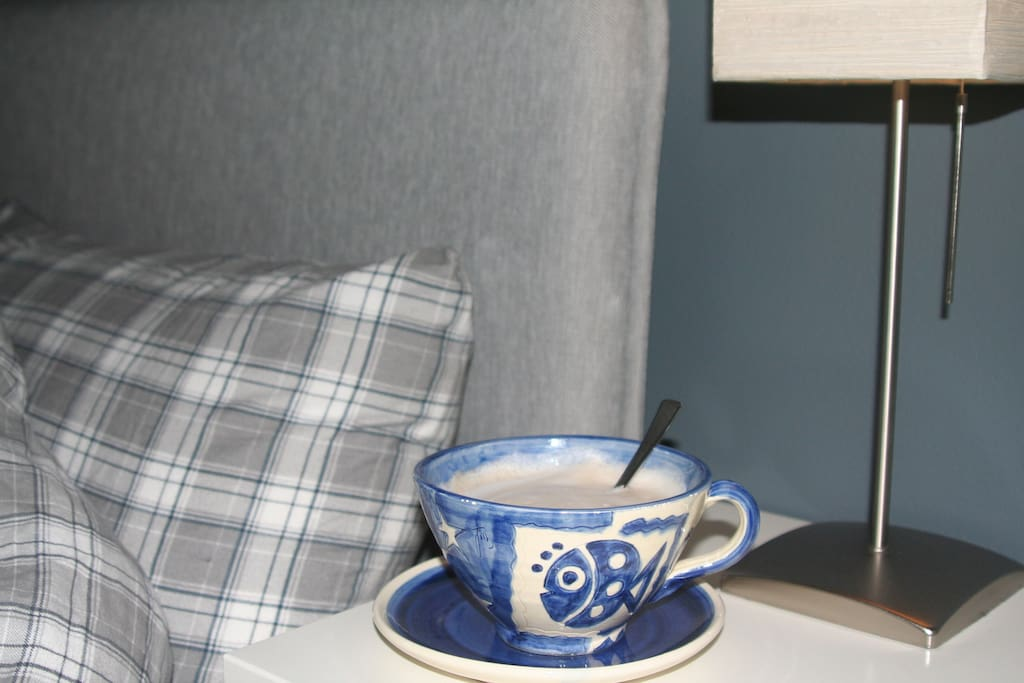 A coffe on the bedside is a good way to wake up :)