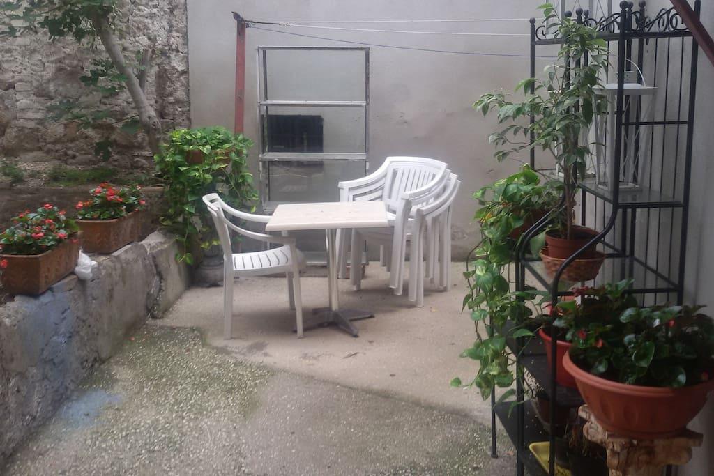 giardino dell apartamento compartido con gli altri ospiti..