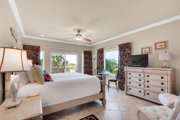 Resort studio with views of the nature preserve, pools, hot tub & tennis!