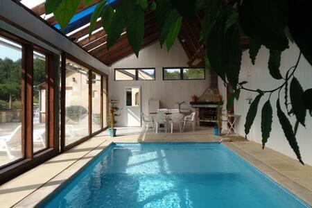 Longère de 1823 avec piscine intérieure chauffée.