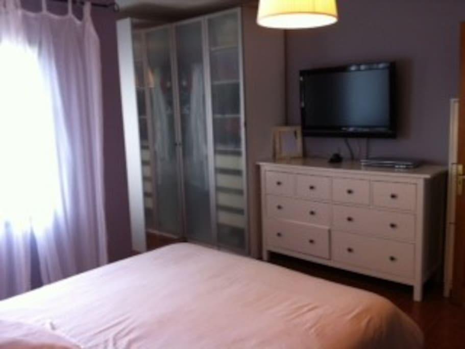 Dormitorio principal TV Satélite. Amplios armarios.