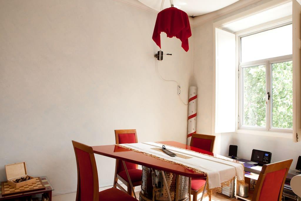 Mesa de jantar, peça única manufaturada e coberta com laca chinesa.