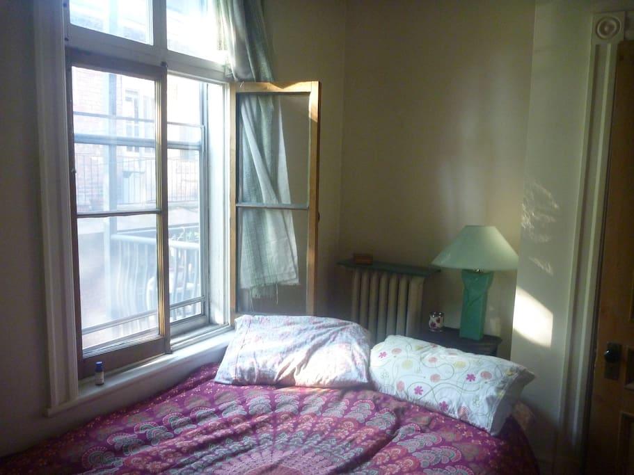 Réveillez vous le matin avec le soleil rentrant par la fenêtre.