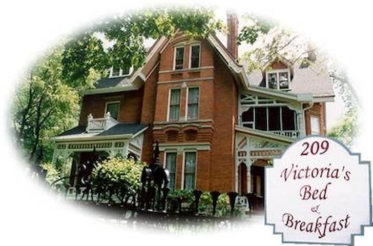 Victoria's B&B  Four Bedrooms/Baths & Kitchen use