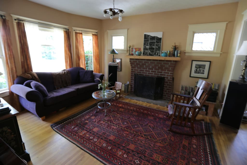 Lovely craftsman house, lots of light, pleasant and comfortable