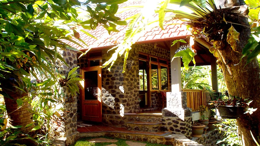 Pondok Manis HomeStay By The River with Nature