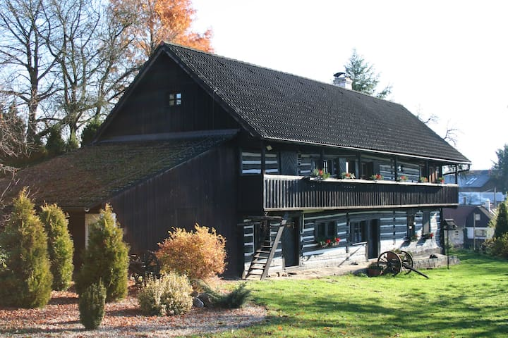 Quiet and charming log farmhouse - Libošovice - Huis