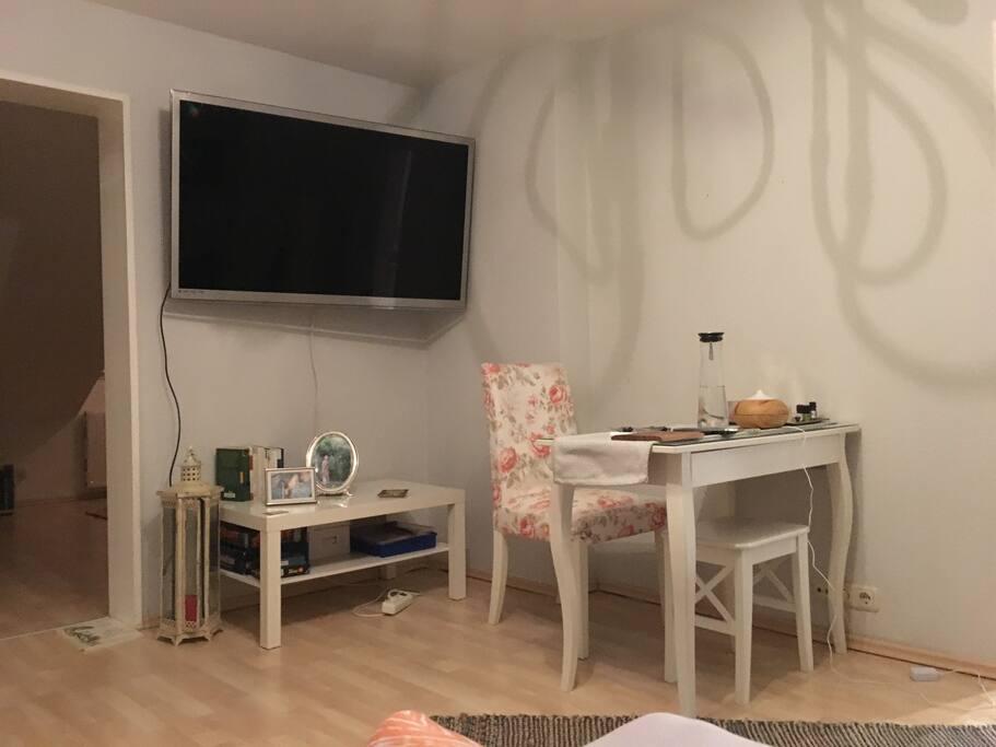 Essecke und Fernseher/ Dining room