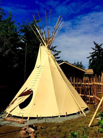 Traditional Sioux Nomadic Tipi - Raven