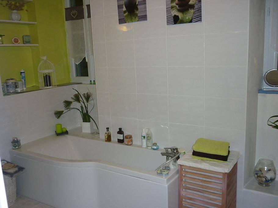 la salle de bain de 13 m2 est à partager..douche..toilette
