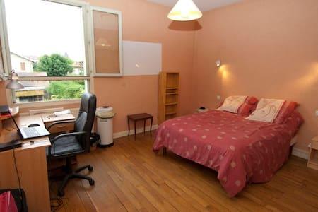 Chambre meublée (Claire) - Bourg-en-Bresse