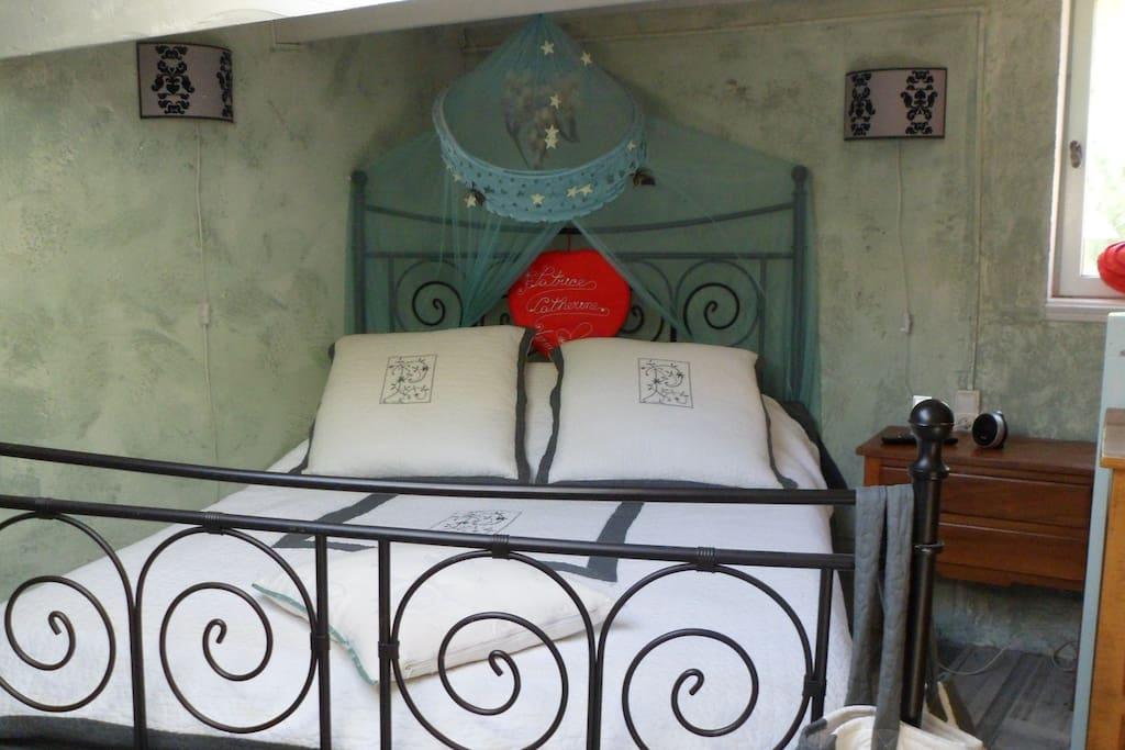 lit deux place avec tv son aux lit pour soirée cocon