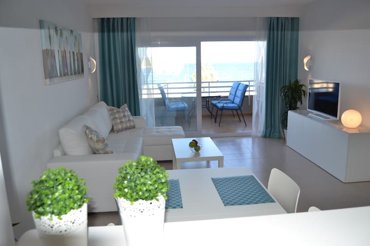 BEAUTIFUL FRONT LINE APARTMENT MAGALUF