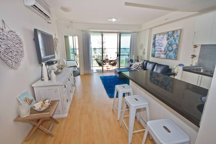 Coastal Charm on the Broadwater - Labrador - Apartment