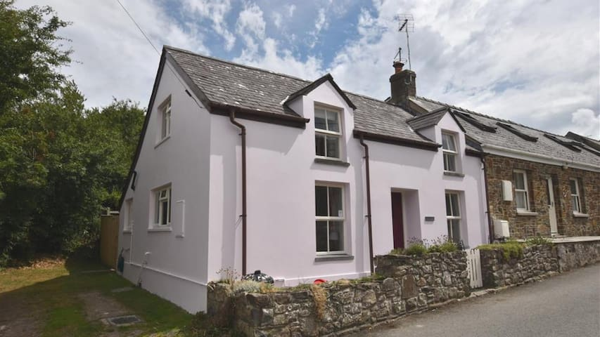 Panteg Cottage 2233