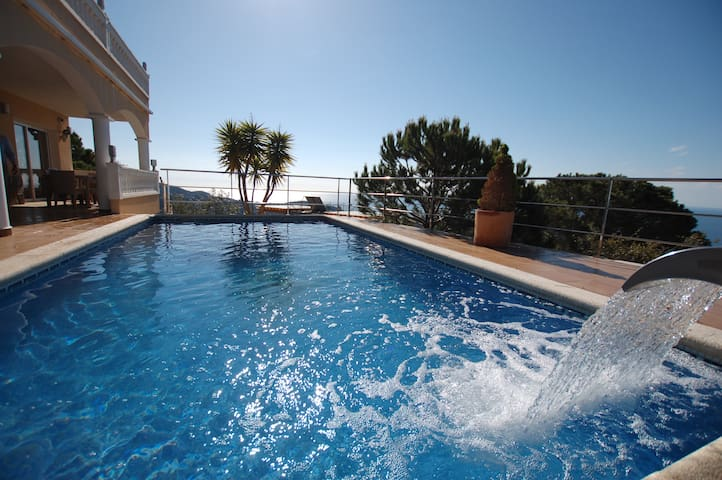 ★ CoastalVillas - Villa Vistamar ★ waterfall pool