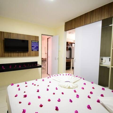 Quarto: cama de casal QUEEN, TV a cabo de Led, cofre, guarda roupa, ar condicionado  e porta do banheiro que acessa o mesmo.