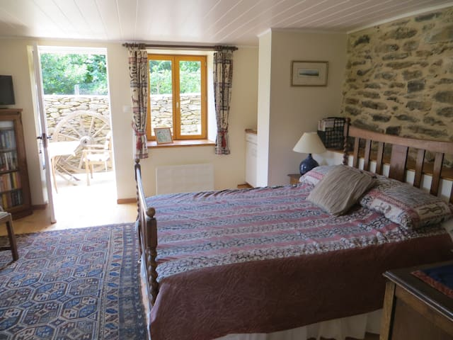 Charming Lakeside Bed and Breakfast - Castelnau-de-Mandailles - Pousada