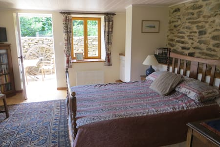 Charming Lakeside Bed and Breakfast - Castelnau-de-Mandailles