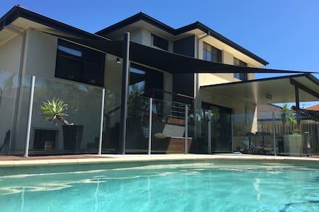 Burleigh  Modern Family Home - Burleigh Waters - Casa