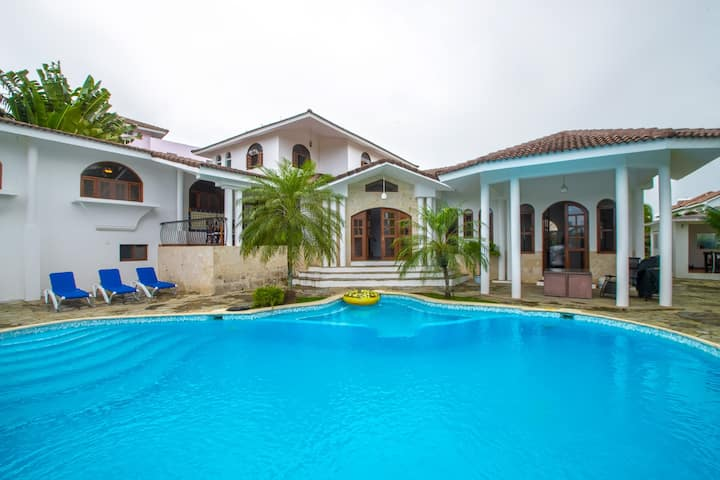 5 bedroom house with own Pool