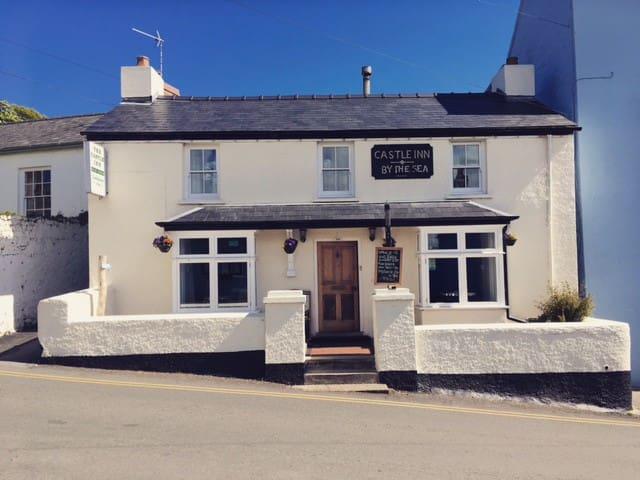 Double rooms. Seaside pub in Manorbier, Tenby
