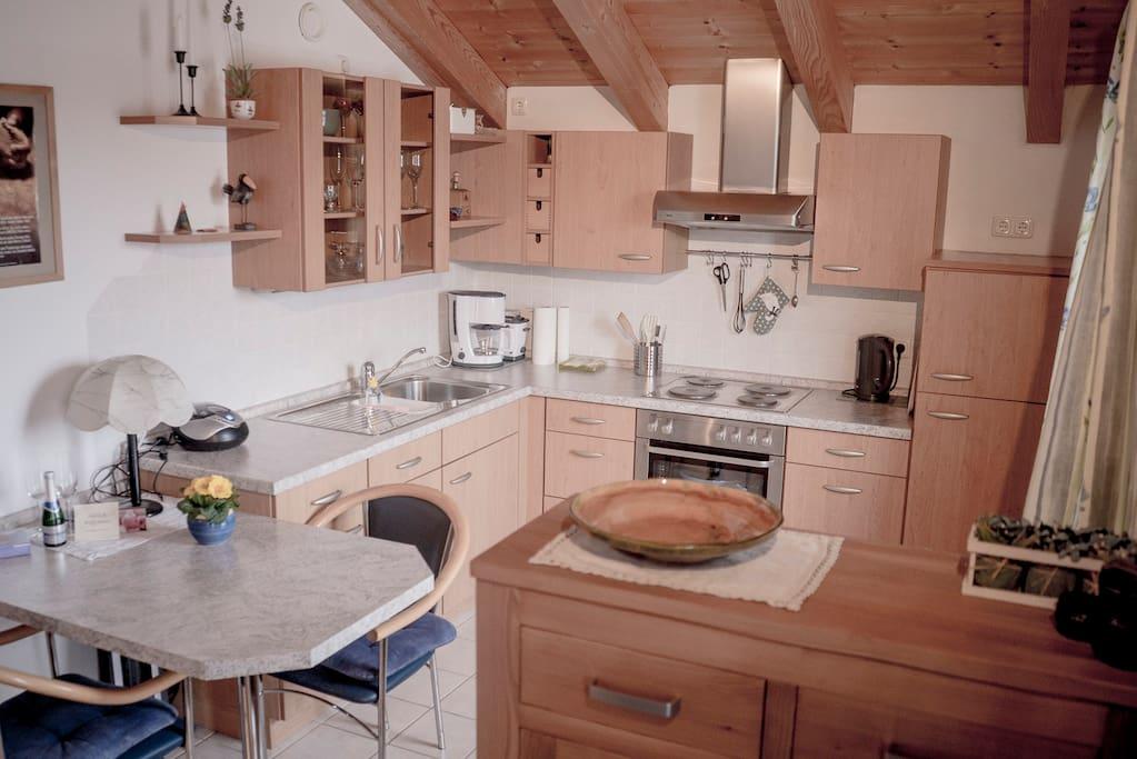 Küchenzeile mit Esstisch für 3 Personen