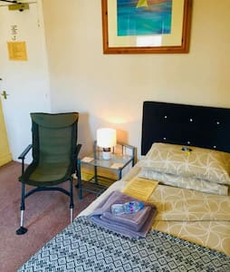 Morecambe - Small single with wifi, 200m beach