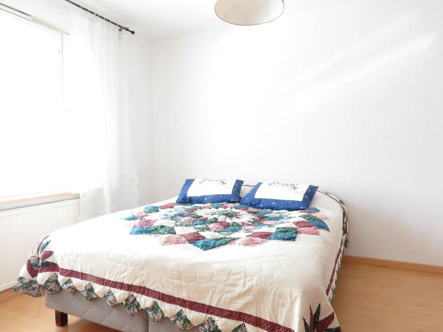 160 leveä sänky / Queen size bed