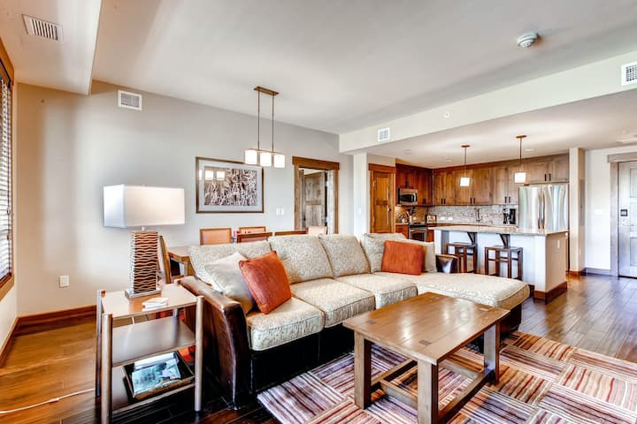Deluxe family-friendly condo w/ shared pool, hot tubs, fitness, game room & more