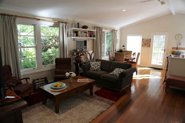 Laurel House - Stunning Apartment - Springwood - Casa