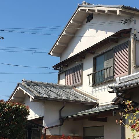 日根野駅から近い 一軒家貸切 団体様でも大丈夫(最大10人) 関空から2駅 コンビニ、スーパーが近い