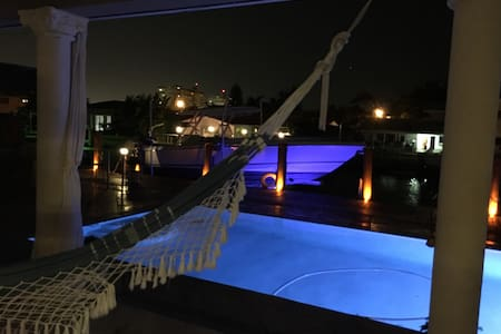 Luxury Room In Waterfront Pool Home/Bella Room - North Miami