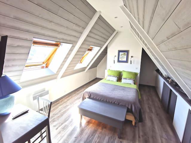 Chambre 20 m2 mansardée à l'étage