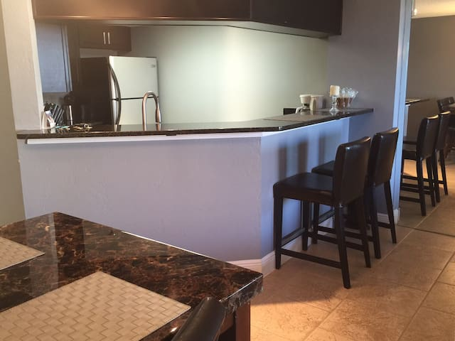 Ocean & River View Updated Condo - Daytona Beach Shores - Apartament