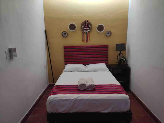 Habitación colorida, cama Matrimonial (No cuenta con Aire Acondicionado solo ventilador de techo y piso)