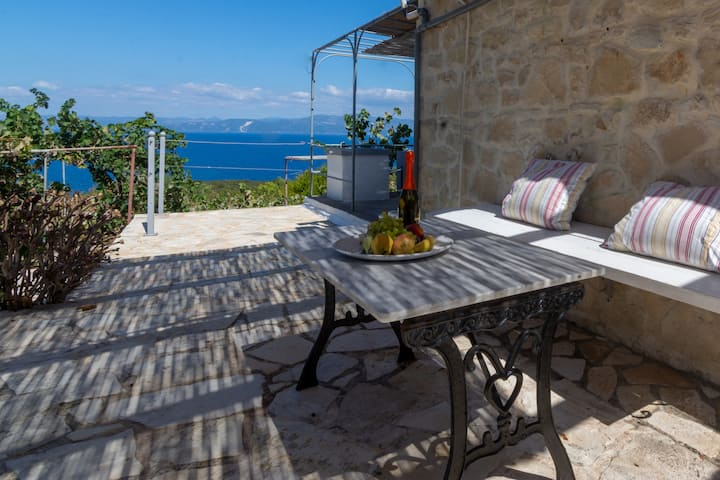 Intimate 1 BR retreat w/ Sea Views in Antipaxos
