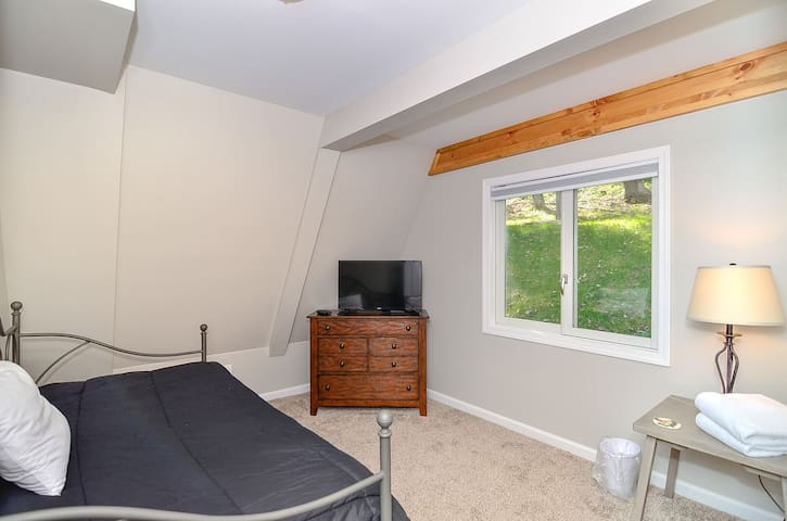 Bedroom 5: single bed