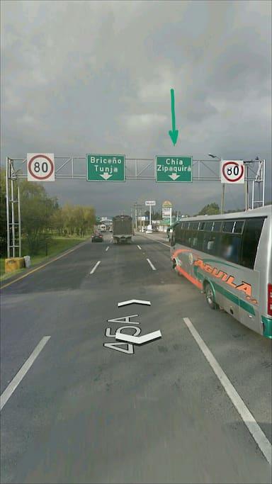 Salida de Bogotá por autopista norte; señal indicando la ruta.