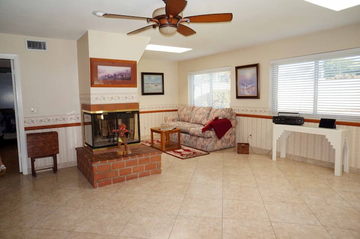 Quiet comfort in Scottsdale with pool, bbq & WiFi - Scottsdale - House