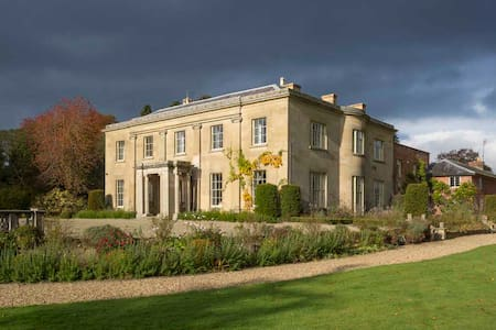 Glansevern Hall - your very own stately home - Berriew - Casa
