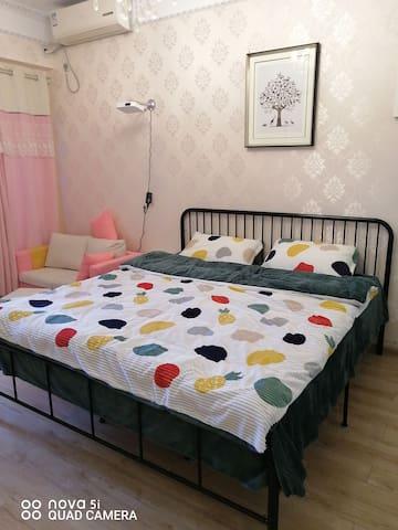 宝龙公寓粉红色回忆投影大床房
