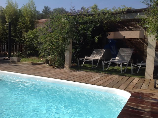 Studio vue mer piscine au brusc houses for rent in six for Piscine six fours