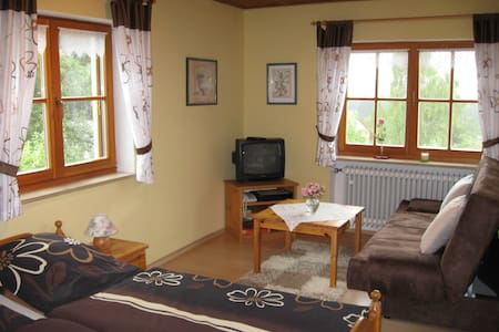 Ferienhaus Wiedmann (Haundorf), Ferienwohnung für 2 Personen mit Panoramablick über Wiesen und Wälder