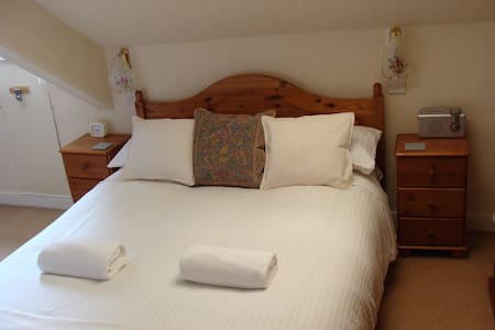 Top Floor two en-suite rooms close to Barbican - Plymouth