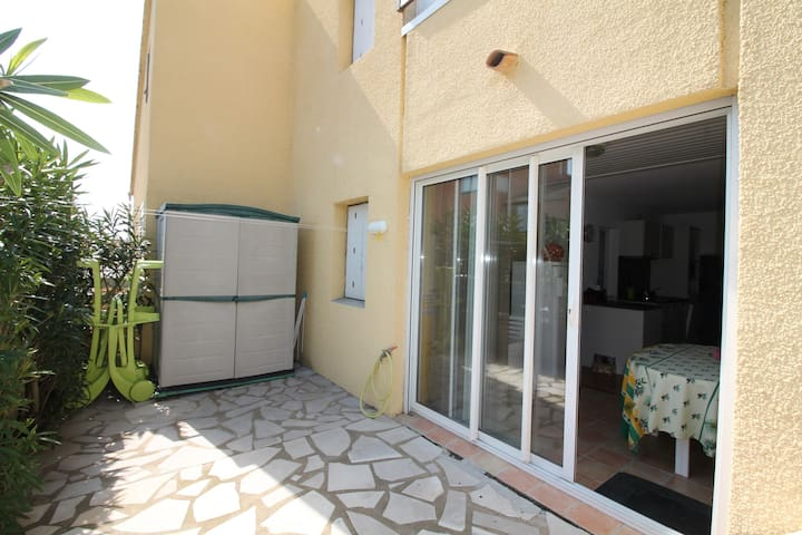 Apartment for 6 people on the ground floor of a small residence close to the sea. Clévacances label. Ref. 2958