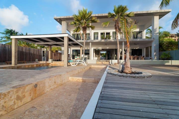 Ruime villa op eiland Bonaire met loungeset en zeezicht
