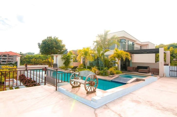 House In The City w/ Amazing View & Own Pool - Talisay City - Dom